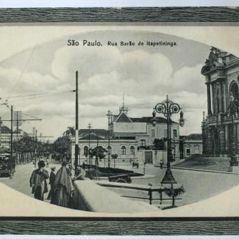Imagem das ruas Barão de Itapetininga e Conselheiro Crispiniano com a escadaria do Theatro Municipal. Foto tirada por volta do ano 1912