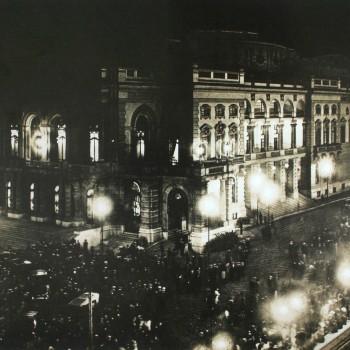 Noite de Inauguração, em 12 de setembro de 1911. Com uma multidão aguardando a abertura das portas, a data marcou também o primeiro congestionamento da cidade de São Paulo