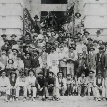 Operários que trabalharam na construção do Theatro Municipal posam para foto em 1911 (Acervo Theatro Municipal)
