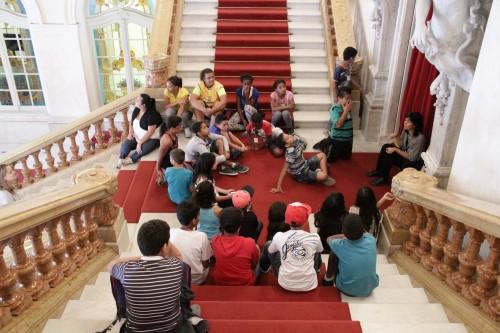 Grupo faz a visita guiada do Theatro Municipal (Foto: Desirée Furoni)