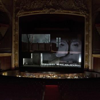 Entre 9 e 20 de outubro de 2016 apresentamos, pela primeira vez, a ópera Elektra, de Richard Strauss. Ópera em um único ato, sem intervalos, com 110 minutos aproximadamente, Elektra teve sua estreia em 25 de janeiro de 1909 em Dresden, na Alemanha. Fotos por Arthur Costa.